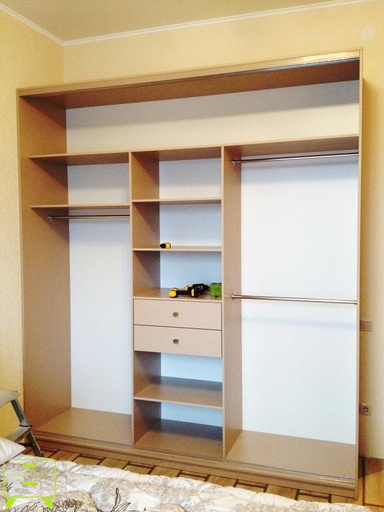 Трехдверный шкаф-купе с пескоструйным рисунком студия мебели.